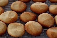 My skoonma se gunsteling bederf, maak hom sommer dubbel aan, Dit is hemelse koekies 700 g koekmeel 450 g botter 4 tl bakpoeier 1 blik kondensmelk 1 tl suurlemoengeursel 1 kop strooisuiker knypie so… Biscuit Cookies, No Bake Cookies, No Bake Cake, South African Recipes, Sweet Pie, Macaroons, Other Recipes, Sweet Treats, Cooking Recipes