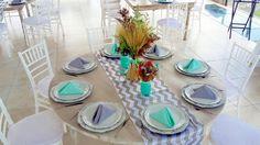 Mesa vintage redonda, camino chevron gris con blanco, plato bade vintage, servilletas menta y gris, montaje súper lindo!