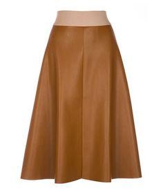 Rok faux - Wijd uitlopende, camel rok gemaakt van imitatieleer. De rok heeft steekzakken in de zijnaad, een gouden rits middenachter en een brede elastieken band.