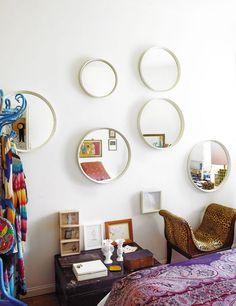 Destaca la composición creada en la pared con espejos circulares procedentes de un anticuario portugués y la butaca de leopardo, de Anmoder