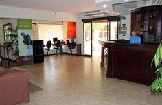Se trata de la recepción en un hotel en Costa Rica. Esta es la recepción del hotel Country Inn and Suites.