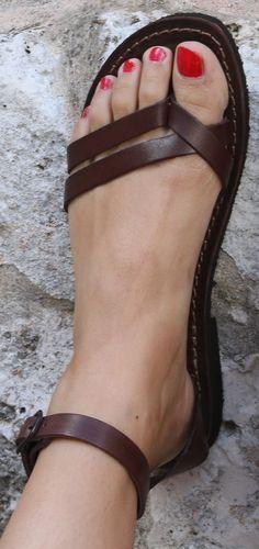 Sandals - I want them ❤ WOMEN'S FLATS http://amzn.to/2jETOMx