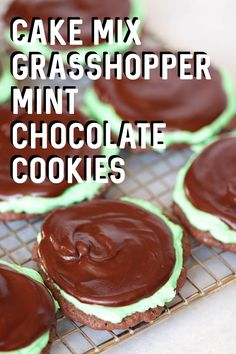 Mint Chocolate Cake Mix Cookies Cake Mix Grasshopper Mint Chocolate Cookies on Cake Mix Grasshopper Mint Chocolate Cookies on Cake Mix Cookie Recipes, Easy Cheesecake Recipes, Dessert Simple, Mint Chocolate, Chocolate Recipes, Chocolate Ganache, Chocolate Chips, Köstliche Desserts, Dessert Recipes