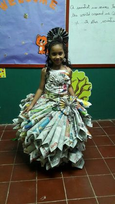 Vestido de Periodico Reciclado Recycled Costumes, Recycled Dress, Paper Fashion, Fashion Fabric, Baby Kostüm, Paper Clothes, Recycled Art Projects, Newspaper Dress, Fancy Dress For Kids