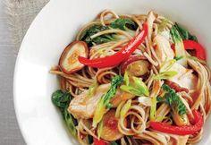 Sauté de poulet et de nouilles à l'asiatique