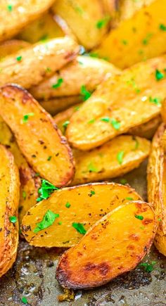 Made with oregano veggie broth garlic and lemon juice these Roasted Fingerling Potatoes are bursting with flavor They make a great side dish or a filling dinner Vegan fri. Potato Recipes, Veggie Recipes, Fish Recipes, Whole Food Recipes, Vegetarian Recipes, Cooking Recipes, Vegan Vegetarian, Dinner Recipes, Veggie Dinners