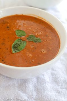 delicious and dairy-free tomato soup is so easy to make! 30 minutes and a stovetop is all you need! If you're looking for a yummy + easy + healthy lunch or dinner idea this vegan tomato soup is for you! Healthy Tomato Soup Recipe, Dairy Free Tomato Soup, Homemade Tomato Basil Soup, Vegan Tomato Soup, Tomato Soup Recipes, Healthy Soup Recipes, Clean Eating Recipes, Chili Recipes, Healthy Family Dinners