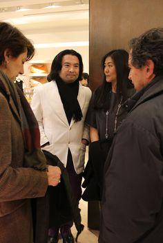"""il designer giapponese Naohito Mitsui, autore della lampada """"Hanger"""" con sua moglie"""