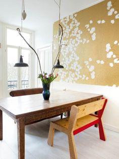 Papier peint Elitis, table et lampe chinées, un banc de la collection VolumeZero.