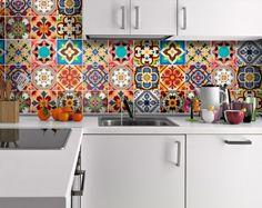 crédence cuisine en carreaux de ciment multicolores dans un esprit rétro et mobilier blanc neige