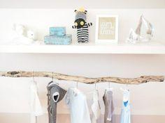Een mooie houten tak om al die lieve babykleertjes op te hangen. Gezien op Welke.