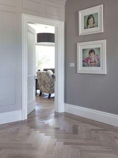 Love the floor design Oak Parquet Flooring, Hall Flooring, Living Room Flooring, Floors, Flooring Ideas, Hallway Colours, Tiled Hallway, Herringbone Wood Floor, Hallway Inspiration