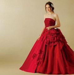 レッド・マスカは情熱的な赤のグラデーションが美しく艶やかなビッグラインのドレスです。ビージングを施したフランス製のリバーレースがビスチェに煌めきを添えています。立体的なリボンがバッスルラインにメリハリをもたらす、ボリュームあるシルエットが豪華な一着です。 ※10月末以降、順次入荷予定です。