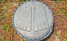 O pé de Buda    É frequente a representação dos pés de Buda. Normalmente, ele apresenta-se marcado pela Roda da Lei budista.