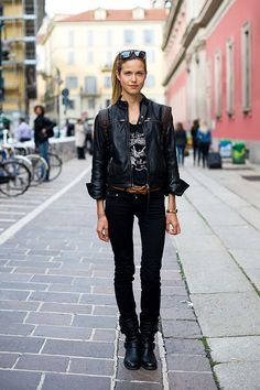 stylish new york women - Black jeans and shades the a la New York look.
