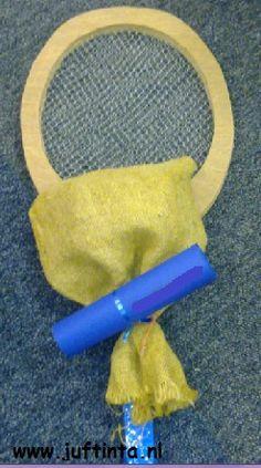 Dit tennisracket is gemaakt van hout. Zaag twee dezelfde rackets uit en lijm hier een stuk gaas tussen voor de bespanning. Van een reep stof kun je de grip maken. Uiteraard kun je dit racket ook van karton maken. De bespanning kan ook eventueel van touw. Uiteraard kun je op soortgelijke manier ook een badmintonracket …