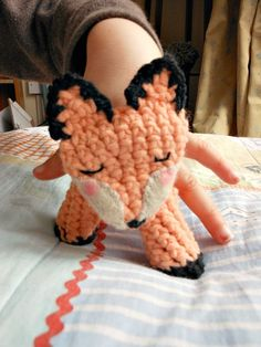 Crocheted fox finger puppet, free pattern.