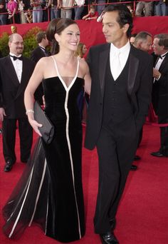 2001: Julia Roberts, with Benjamin Bratt, in a Valentino Haute Couture dress from 1992 - Photo: Getty Images