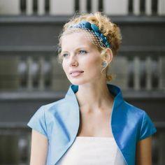 noni - Florentine- Haarband mit Knöpfen in aqua-Tönen und Hutschleier in elfe – 145€