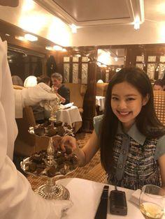 `♧° Blackpink Jennie Jennie Kim on We Heart It Kpop Girl Groups, Korean Girl Groups, Kpop Girls, Kim Jennie, Yg Entertainment, Rapper, Blackpink And Bts, Perfume Collection, Blackpink Fashion
