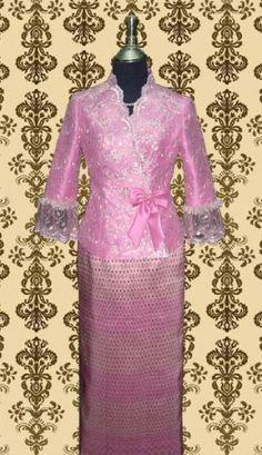 ชุดผ้าไหม ชุดผ้าฝ้าย เสื้อไหมแก้ว เสื้อไหม เสื้อฝ้าย ชุดราตรี ชุดแซก Kebaya Lace, Blouse Batik, Kebaya Muslim, Thai Dress, Mothers Dresses, Dress Sewing Patterns, African Fashion Dresses, Traditional Dresses, Silk Dress