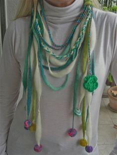 Collar de lana con pompones en colores azulinos Earth Spirit, Textiles, Turquoise Necklace, Tassels, Crochet Necklace, Baroque, Ideas Para, Jewelry, Bracelets