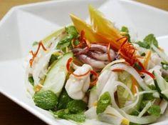How to make Vietnamese squid salad - Goi muc Vietnamese Cuisine, Vietnamese Recipes, Asian Recipes, Seafood Recipes, Paleo Recipes, Squid Salad, Viet Food, Salad Wraps, English Food