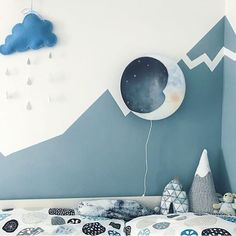 A morning drizzle, Sweet Dreams and snowy mountains in blue hues sometimes create a bit of lightning⚡️ @miri.and.the.little.ones  #letsbecarefuloutthere #hartendief #hartendieftips #moonlamp #mondlampe #cute #nurserydecor #gutenacht #happysunday #schönertag