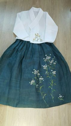 [천아트 금아갤러리]모시치마 저고리에 개망초꽃 : 네이버 블로그 Frocks For Girls, Little Girl Dresses, Girls Dresses, Embroidery On Clothes, Embroidered Clothes, Mori Fashion, Fashion Dresses, Mori Mode, Embroidery Suits Punjabi