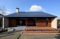 今回は、和を感じさせるモダンな家、和モダンの家を30軒紹介したいと思います。写真だけの簡単な紹介ですが、家の外観だけでな… Japanese Architecture, Interior Architecture, Home Room Design, House Design, Japanese Modern House, Backyard Lighting, Small Buildings, House Extensions, Exterior Design