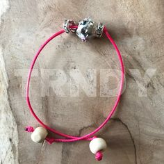 Donker roze armband met kraal en bling