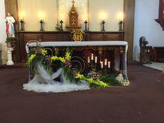 Church Flower Arrangements, Church Flowers, Church Altar Decorations, Table Decorations, Advent Wreath, Iglesias, Arte Floral, Easter, Wreaths