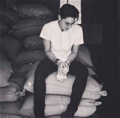 This is the handsome Daniel Padilla helping out to harvest coffee beans with agronomists and coffee farmers at the Nestle Coffee Farm in Batangas. Indeed, Daniel is a very helpful person. King Of Hearts, Blue Hearts, Daniel Johns, Daniel Padilla, John Ford, Kathryn Bernardo, Black And White Love, Gorgeous Men, Ideal Man