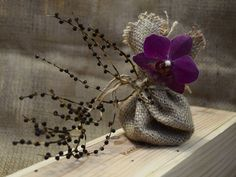 Ana Rosa - a touch of purple and a pretty burlap bag. Deco Floral, Arte Floral, Pot Pourri, All Things Purple, Shades Of Purple, Deep Purple, Beautiful Flowers, Gift Wrapping, Wrapping Ideas
