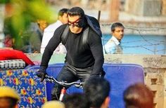 Salman Khan was seen on a bicycle, sporting a mask while shooting in Chandi Chowk, Delhi for the film Kick. Movies 2014, New Movies, Pakistani Songs, It Movie Cast, Upcoming Films, Times Of India, Hindi Movies, Salman Khan, Official Trailer
