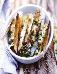 """Le secret pour des couteaux savoureux ? Le beurre d'ail !. Découvrez la préparation de la recette """"Couteaux ail et persil"""""""