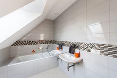 Interiér Chlapecké Koupelny Je Opět řešen V Neutrální Bílé Barvě, Kterou  člení Pouze Dekorativní Pruh
