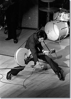♡♥On July Elvis Presley took the stage for the time in 8 years. He wore a black 2 piece outfit and performed to a crowd of fans at the 'International' hotel in Las Vegas,Nevada♥♡ Elvis Presley Las Vegas, Musica Elvis Presley, Elvis Presley Graceland, Lisa Marie Presley, Priscilla Presley, Tennessee, Pete Wentz, Ozzy Osbourne, Michael Buble