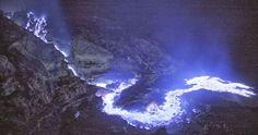 Lava violeta de azufre en el Kawah Ijen En estas fotografías podemos ver un espectáculo nocturno del volcán Kawah Ijen, que añade a lo inus...