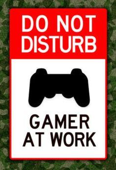 """Quem precisa de a placa dessas? """"Não perturbar gamer trabalhando"""""""