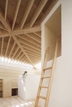 Gallery of Light Walls House / mA-style Architects, 2013, 82 m2, 1 étage, carré, super structure. La fluïdité de l'espace est interrompue par les boites qui offrent plus d'intimité et qui créent des ombres.