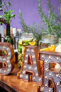 Novidades para bar de casamentos - bar de caipirinha rústico chic com sabores da fazenda - mason jars no lugar de fruteiras ( Bar: Help Bar | Foto: Graziella Widman )