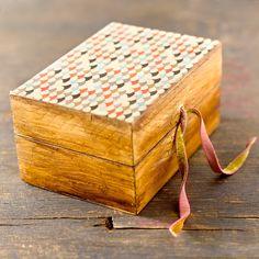 caja pequeña de madera pintada y decorada en por CAMALEONGOGO                                                                                                                                                      Más