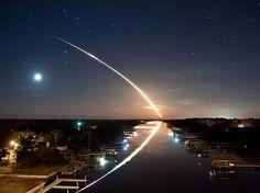 O fotógrafo James Vernacotola registrou o lançamento do ônibus espacial Endeavour STS-130 em Ponte Vedra, na Flórida, EUA. O rastro do foguete deixou um reflexo em um canal na cidade  Foto: James Vernacotola /National Geographic