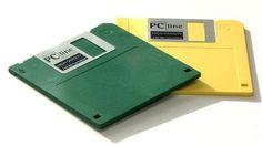 DISCOS FLEXIBLES O DISQUETES. Son medios magnéticos de almacenamiento portables y la capacidad de almacenamiento es de 1.44 MB hasta 2GB o más.