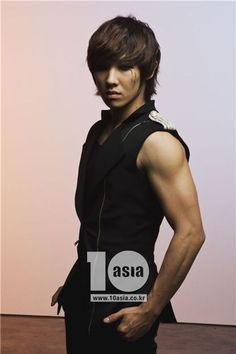 Lee Joon, Lee Chang Sun aka Joonie. Mblaq village idiot.    One of the clowns of The Mansion, no one know what role he fills.