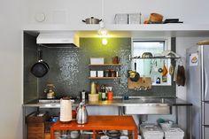 キッチンもKさん夫婦のお気に入り。Kさんは「タイルの雰囲気を見ながらお酒を飲んだりするのが好き」という。