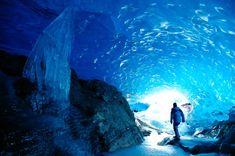 30 paisajes alucinógenos | El Viajero | EL PAÍS Bajo un techo congelado (Glaciar Mendenhall, Alaska) Algunas de las rutas turísticas que recorren el entorno del campo de hielo de Mendenhall, en Alaska, descubren cuevas glaciares como la de la imagen, inundada por el azul de sus paredes de hielo. El glaciar se extiende a lo largo de 19 kilómetros y se encuentra cerca de la localidad de Juneau, al sureste del estado de Alaska (Estados Unidos).  HYDE JOHN