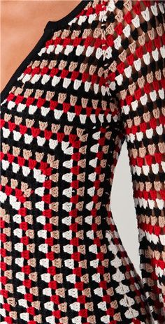 Crochetemoda: Novembro 2012 - Crafting For HolidaysCrochê e tricô da Fri, Fri´s crochet and tricot Cute Granny Crochet Tunic - it actually looks like it could be slimming because of the way the lines run!Granny square tunic - no pattern but severa Crochet Bolero, Crochet Jacket Pattern, Crochet Cardigan, Crochet Granny, Knit Crochet, Crochet Baby, Crochet Tops, Long Cardigan, Crochet Vintage