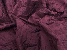 Tafetá Amassado Can Can (Vinho). Tafetá com brilho acetinado. Efeito amassado ideal para peças estilo festa. Sugestão para confeccionar: vestidos, casquetos, saias para festa, detalhes em peças, entre outros.